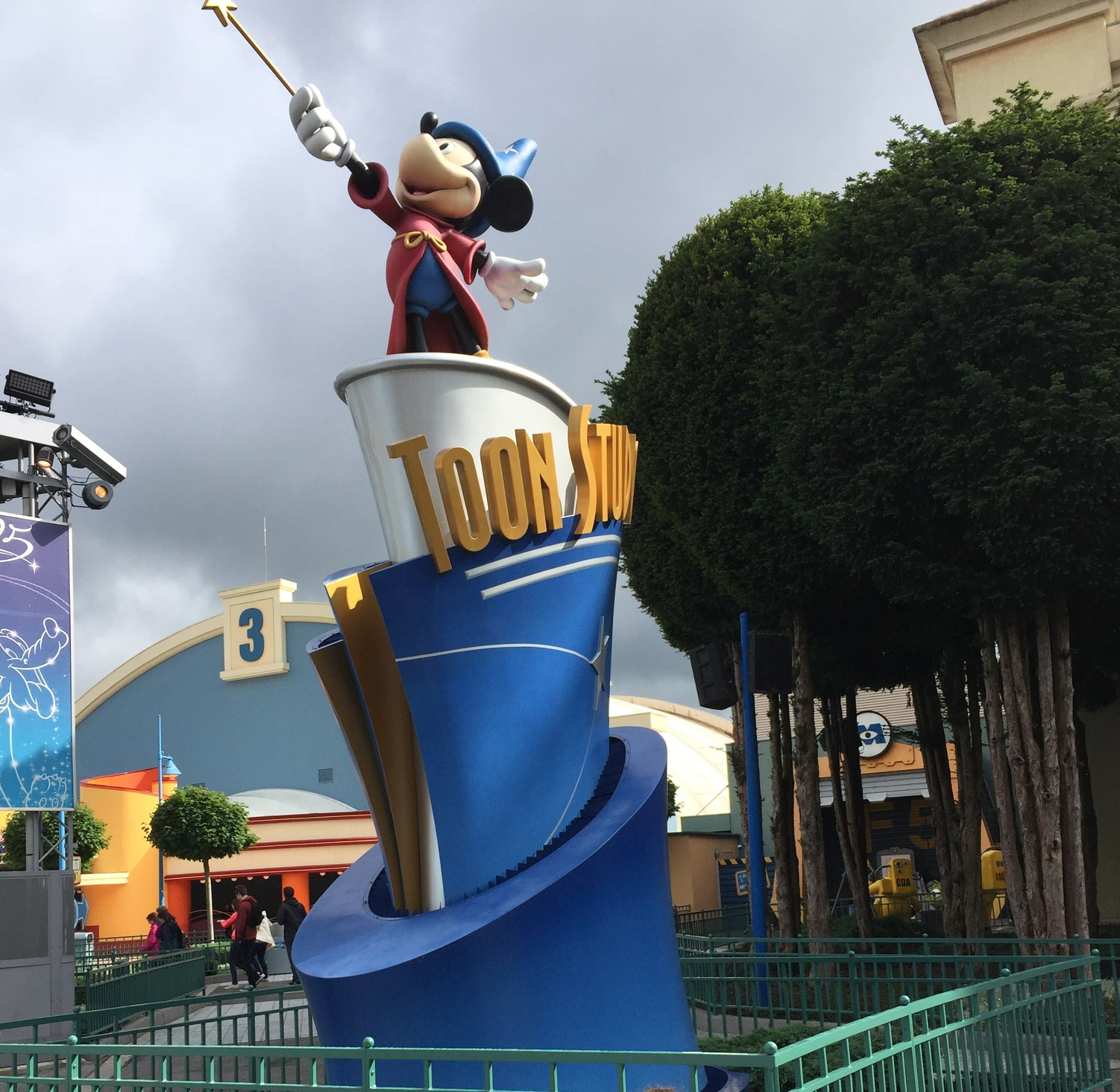 When is the best time to travel to Disneyland?